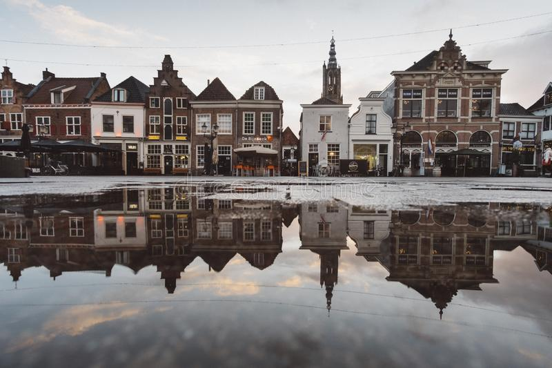 Красивая съемка старых зданий с отражениями в воде стоковые фото