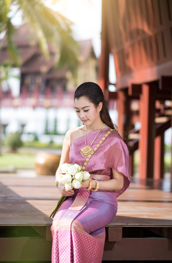 Красивая тайская девушка в тайском традиционном костюме стоковое фото