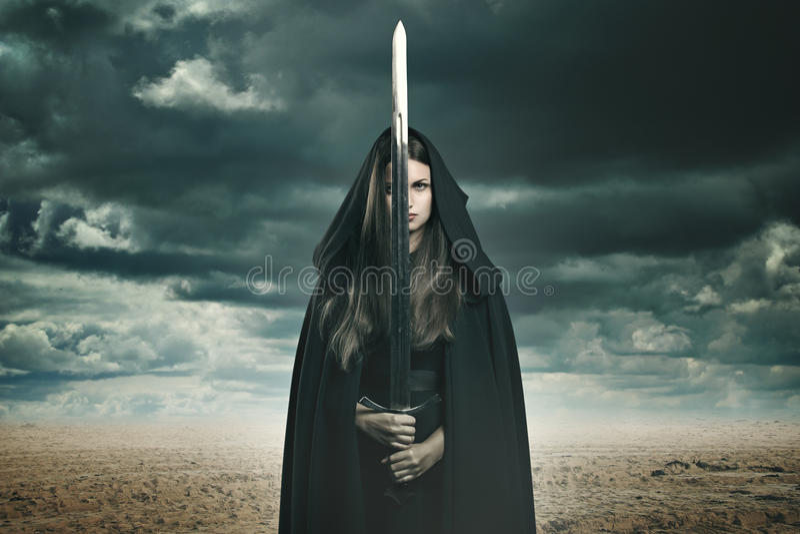 Красивая темная женщина в ландшафте пустыни стоковые фото