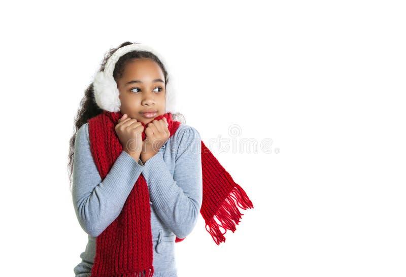 Красивая темнокожая девушка в красном шарфе холодно стоковое фото