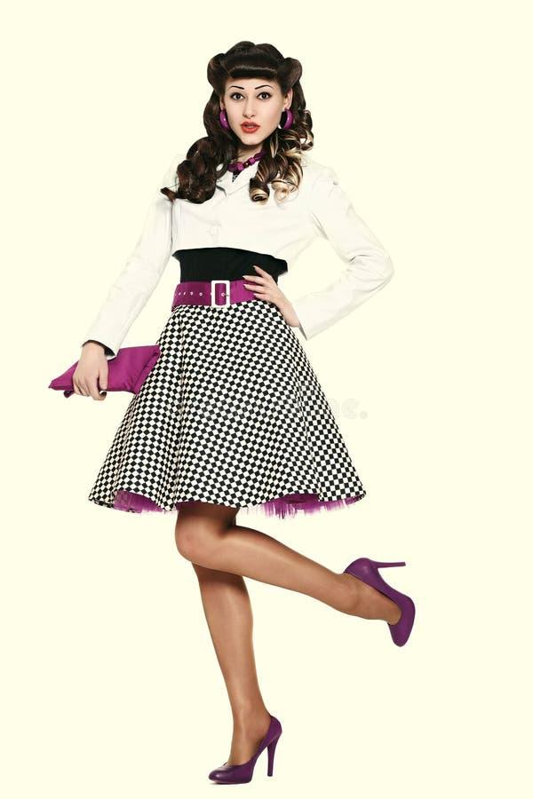 Красивая тонкая счастливая маленькая девочка в стильном платье стоковое изображение