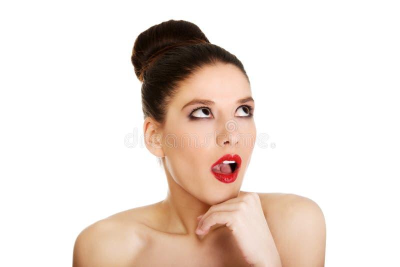 Красивая топлесс сотрясенная женщина с составляет стоковые фотографии rf