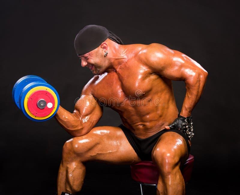 Красивая тренировка культуриста с тяжелой гантелью стоковое изображение rf