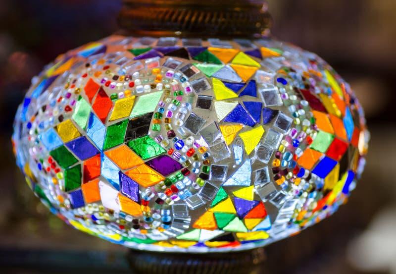 Красивая турецкая лампа мозаики на базаре Стамбула стоковые фотографии rf