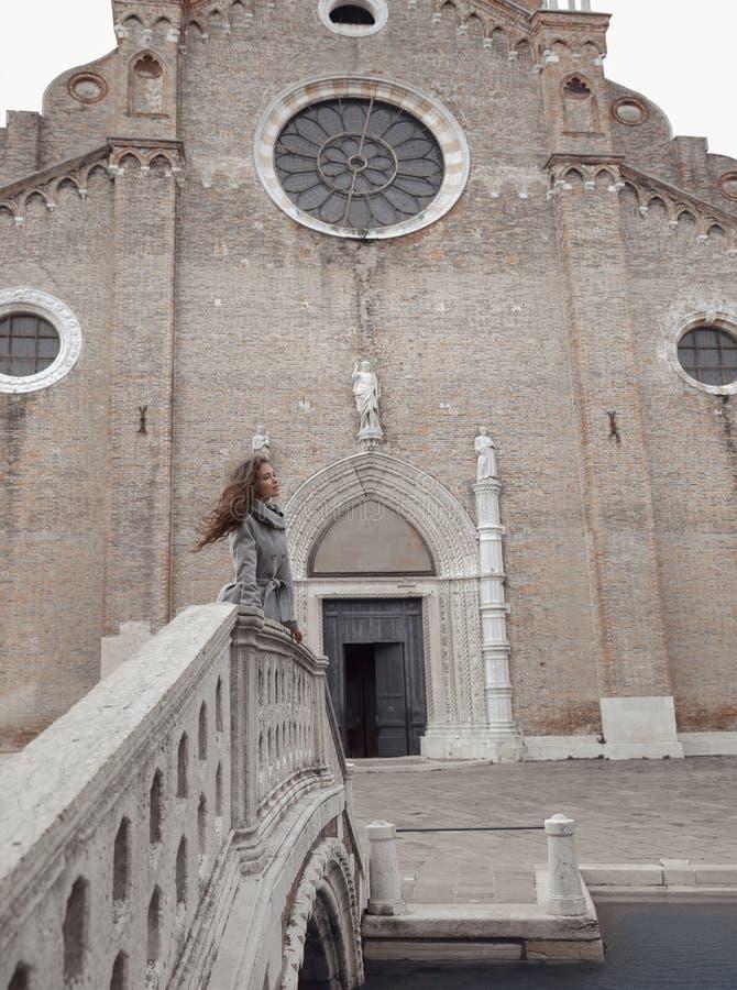 Красивая туристская девушка посещая известный ориентир ориентир базилики Sant стоковые изображения