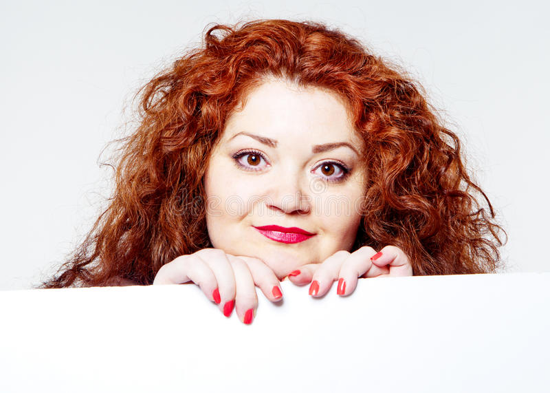 красивая тучная, большая женщина чувственности с красной губной помадой и при красные футболки держа белое bilboard стоковое изображение