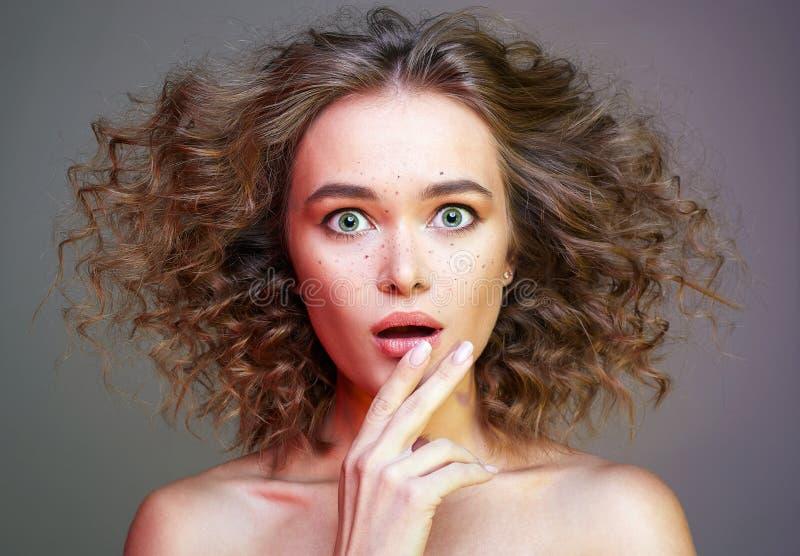 Красивая удивленная женщина смешная курчавая девушка стоковые изображения rf