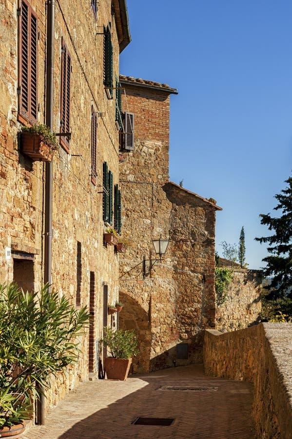 Красивая узкая улица в малой волшебной и старой деревне Pienza, Тосканы стоковая фотография rf