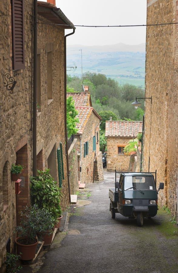 Красивая улица увлекать городок Montepulciano в Тоскане стоковые фото