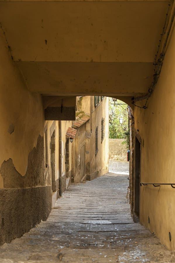 Красивая улица увлекать средневековый городок Cortona в Тоскане, Италии стоковые фото