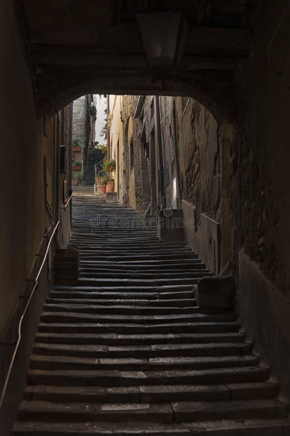 Красивая улица увлекать средневековый городок Cortona в Тоскане, Италии стоковая фотография rf