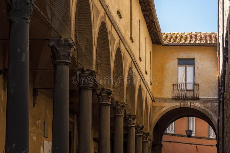 Красивая улица увлекать средневековый городок Cortona в Тоскане, Италии стоковая фотография