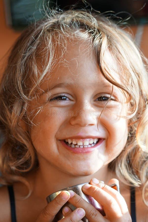 Красивая улыбка маленькой девочки смотря камеру стоковая фотография rf