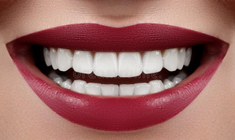 Красивая улыбка с забеливать зубы Зубоврачебное фото Крупный план макроса идеального женского рта, Lipscare или заботы Rutine зуб стоковые фотографии rf