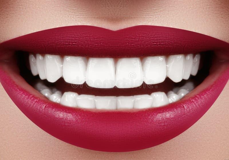 Красивая улыбка с забеливать зубы Зубоврачебное фото Крупный план макроса совершенного женского рта, rutine lipscare стоковые изображения rf