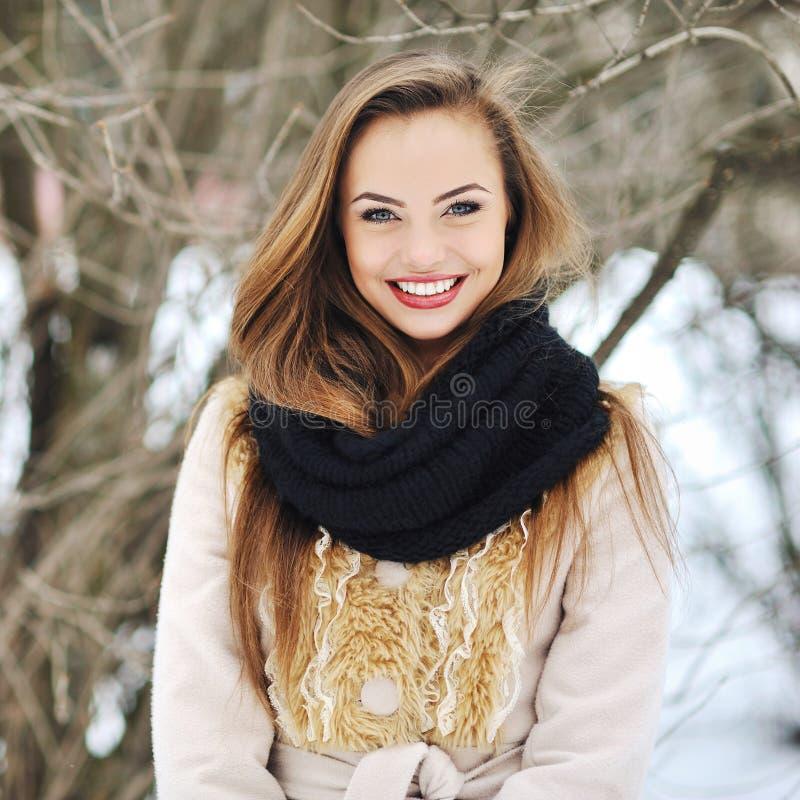 Красивая усмехаясь девушка в зиме стоковое фото rf