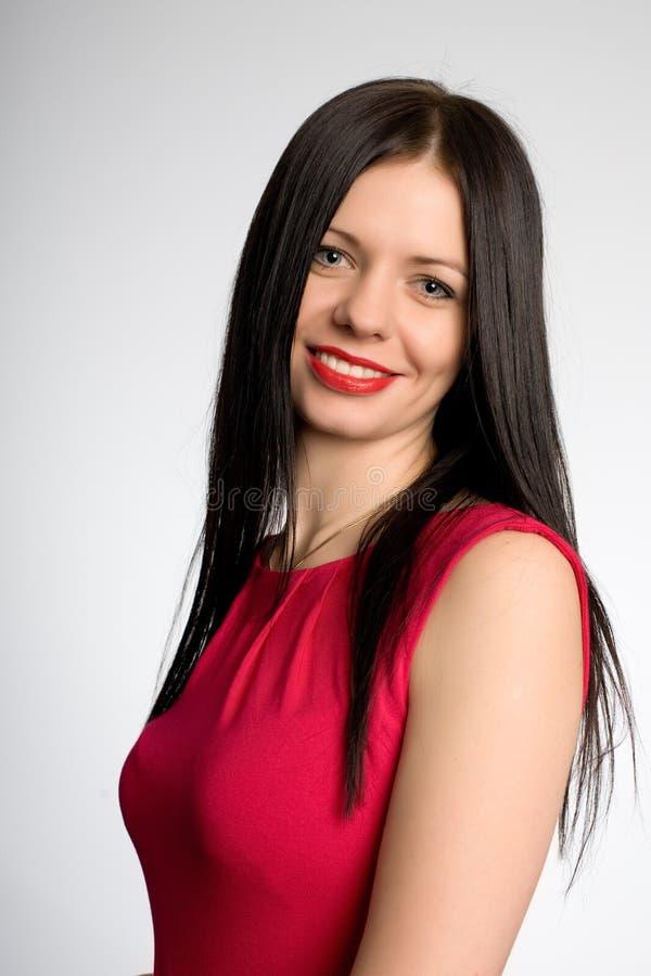 Красивая усмехаясь девушка с черными волосами стоковые фото
