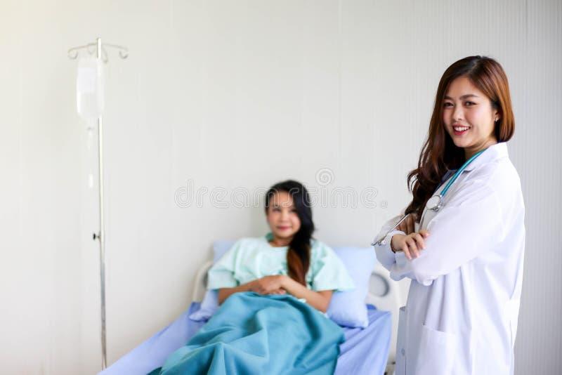 Красивая усмехаясь женщина врача с пациентом стетоскопа стоковое фото rf