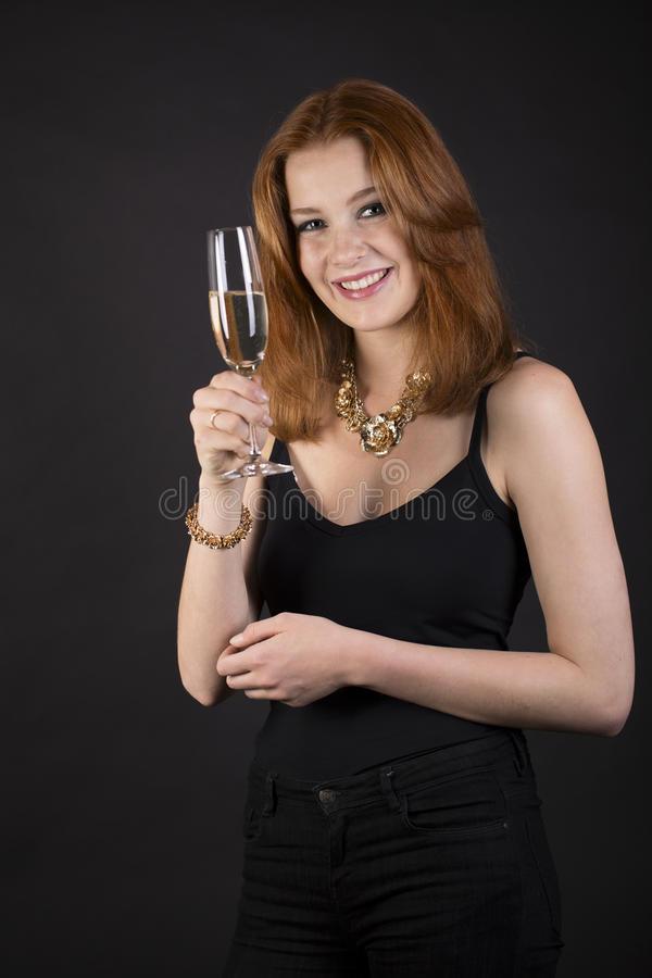 Красивая усмехаясь женщина провозглашать с шампанским стоковые изображения rf