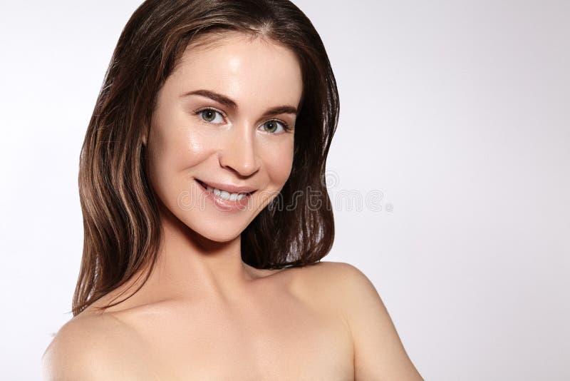 Красивая усмехаясь женщина с чистой кожей, естественным составом Joyfull и счастье Эмоциональная женская сторона Здоровье, здоров стоковые изображения rf