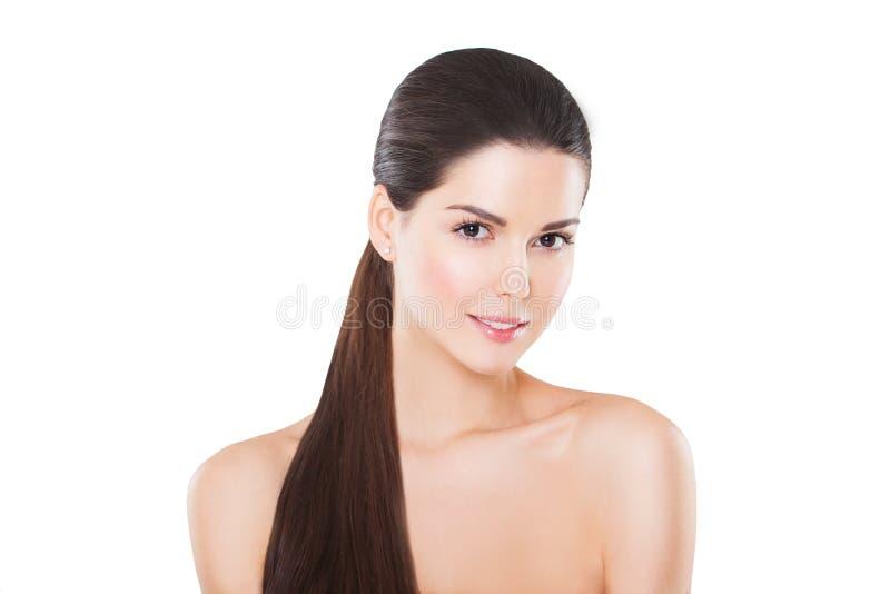 Красивая усмехаясь модель с совершенной кожей и длиной стоковое фото
