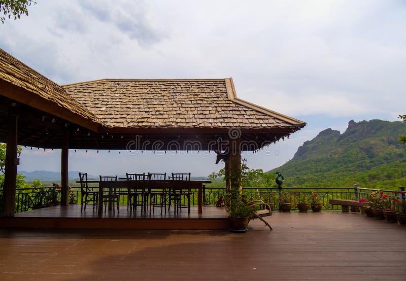 Красивая установка обеденного стола с деревянным полом, крыть черепицей черепицей крышей l стоковое фото rf