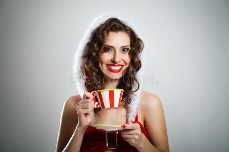 Красивая удивленная девушка рождества с парами чая стоковое изображение