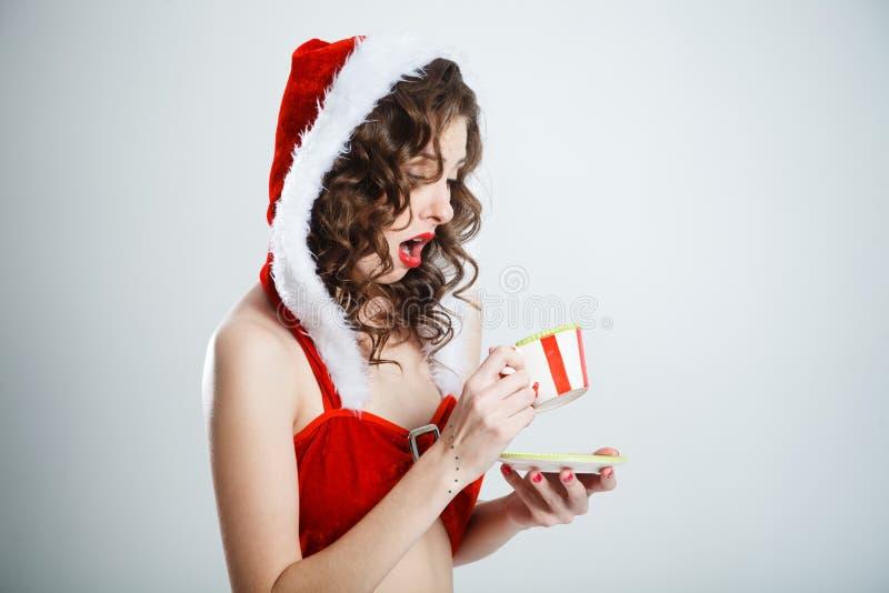 Красивая удивленная девушка рождества с парами чая стоковое фото