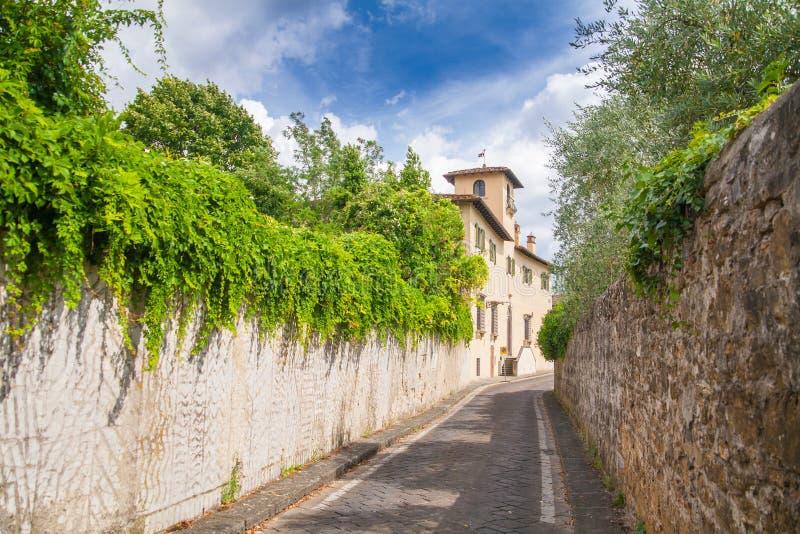 Красивая улица увлекать Тоскану стоковая фотография