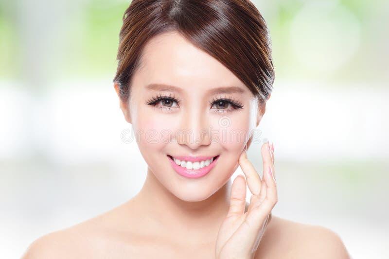 Красивая улыбка женщины с чистой кожей стороны стоковая фотография