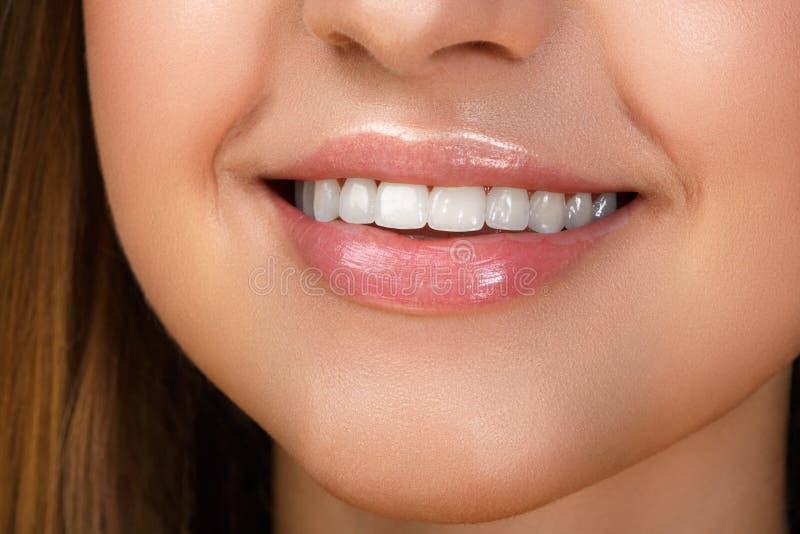 Красивая улыбка с забеливать зубы стоковая фотография rf