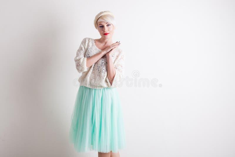 Красивая французская блондинка в светлом платье стоковое изображение