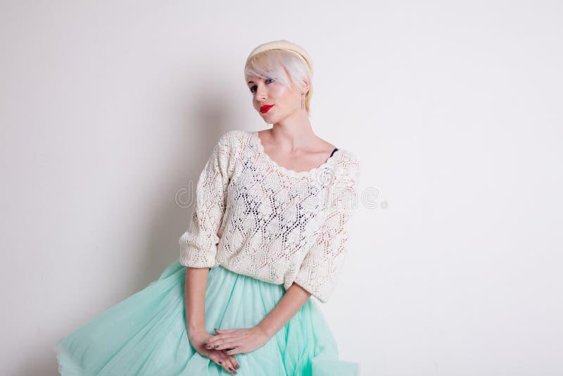Красивая французская блондинка в светлом платье стоковое фото rf