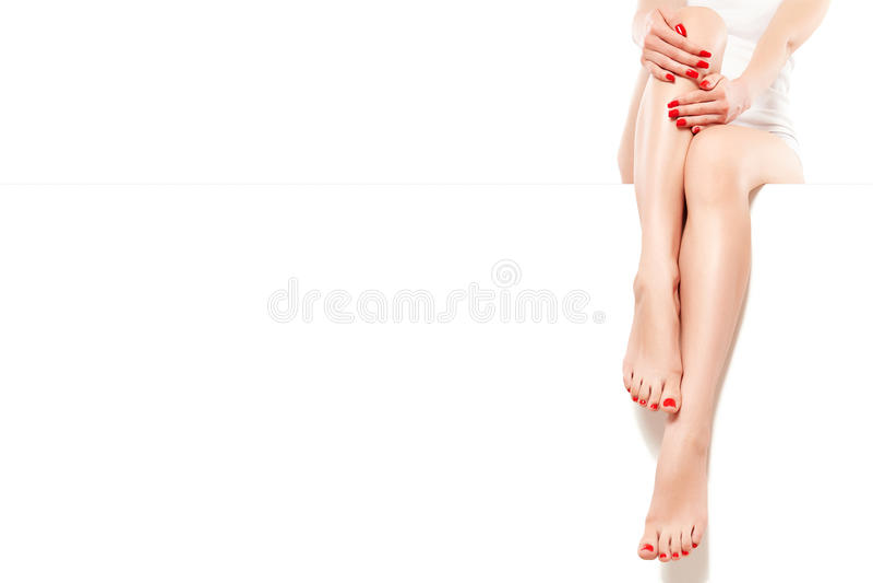 Красивая хорошо выхоленная женщина с красным маникюром стоковые фотографии rf