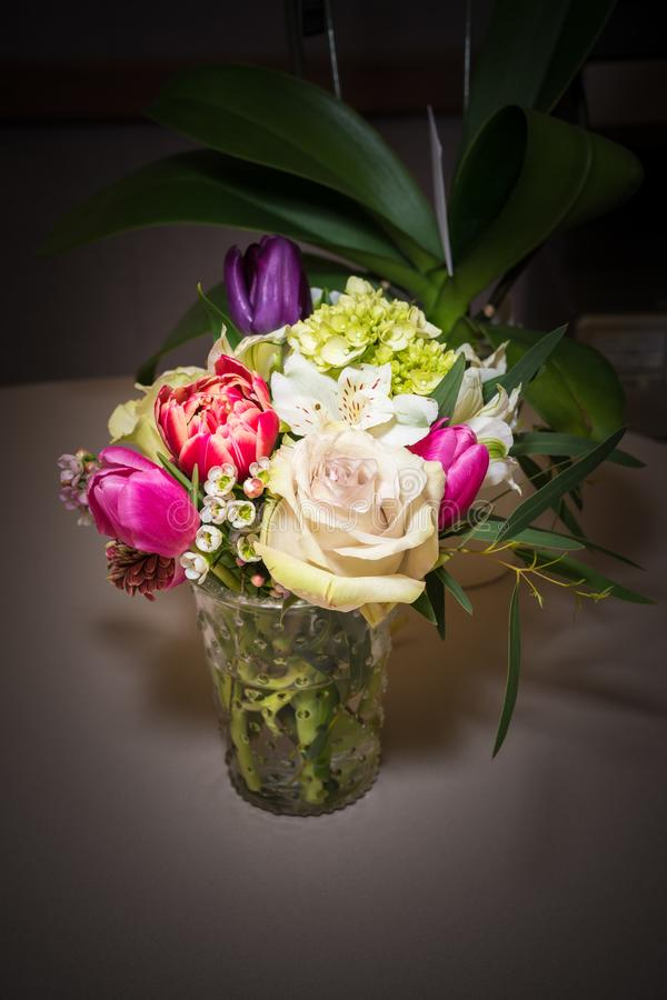 Красивая цветочная композиция в стеклянной вазе стоковое фото