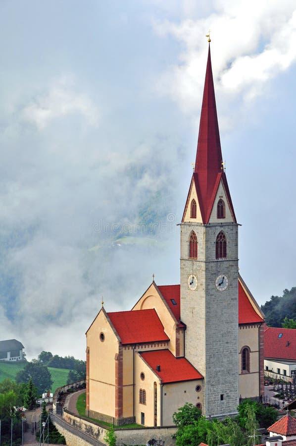 Download Красивая церковь в Альпах стоковое фото. изображение насчитывающей туман - 41657326