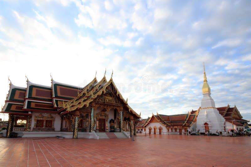 Красивая церковь и белая пагода стоковое фото rf