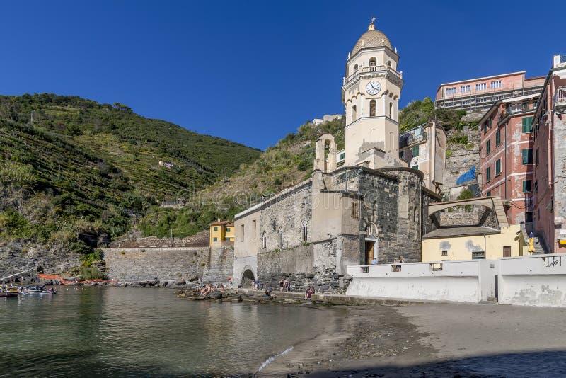 Красивая церковь Санта Margherita обозревая море в Vernazza, Cinque Terre, Лигурии, Италии стоковая фотография