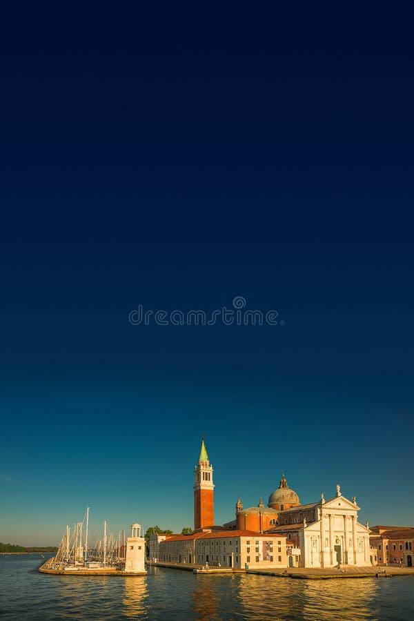 Красивая церковь Сан Giorgio Maggiore и своей колокольни во время захода солнца в Венеции, Италии, лете, унылом сценарном заходе  стоковые фотографии rf