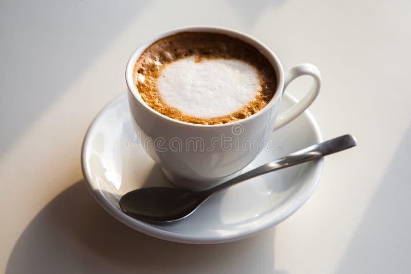 Красивая чашка кофе с молоком стоковое фото