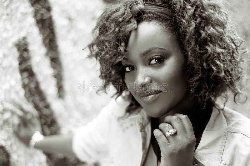 Красивая чернокожая женщина в городской предпосылке с красными волосами стоковая фотография rf