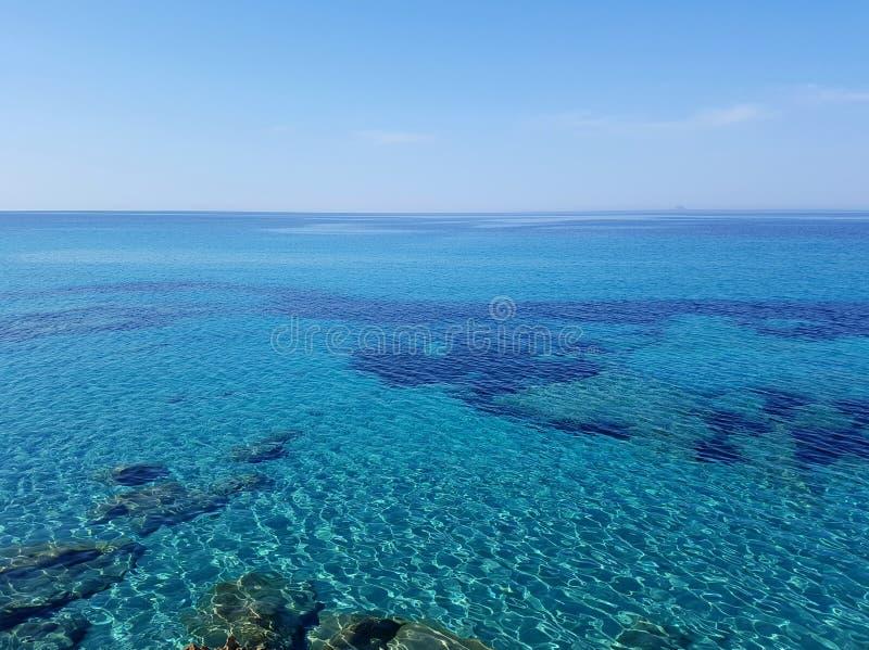 Красивая чистая вода бирюзы Средиземного моря стоковые фото