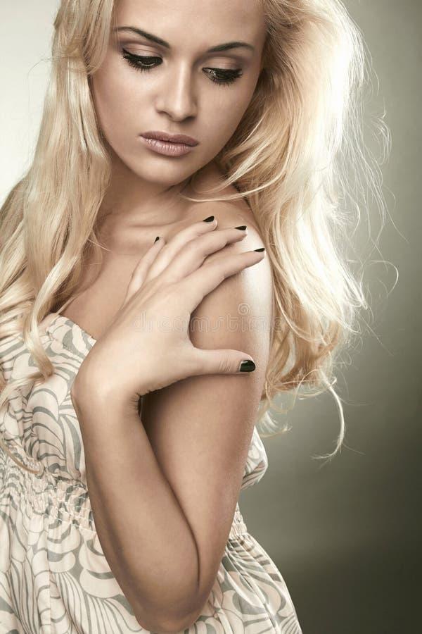 Красивая чувствительная белокурая женщина стоковое фото