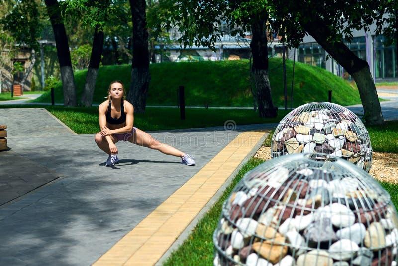 Красивая шикарная девушка разрабатывая в парке стоковое изображение rf