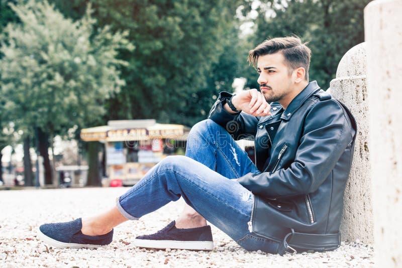 Красивая шикарная модель молодого человека outdoors стоковое фото rf