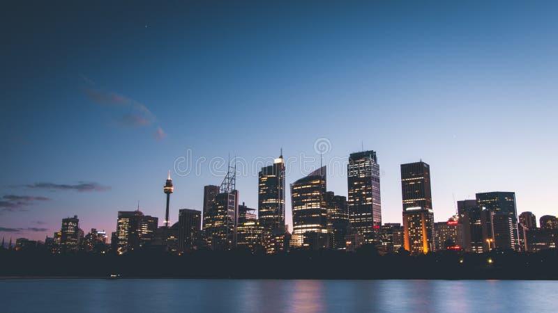 Красивая широкая съемка горизонта Сиднея на сумраке стоковое изображение rf