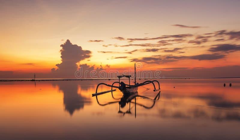 Красивая шлюпка пейзажа на пляже на Sanur, Бали стоковое изображение rf