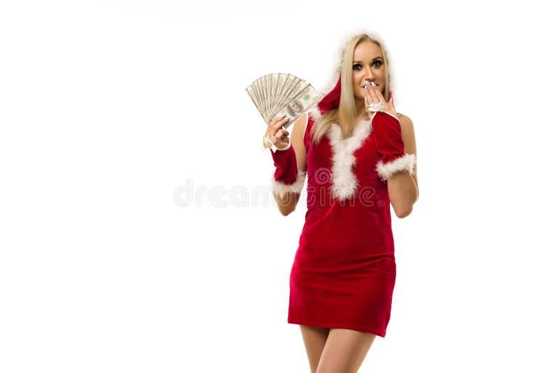 Красивая шокированная сексуальная девушка в новогоднем платье x27;s, держите в руках деньги Празднование Рождества или нового год стоковые фото