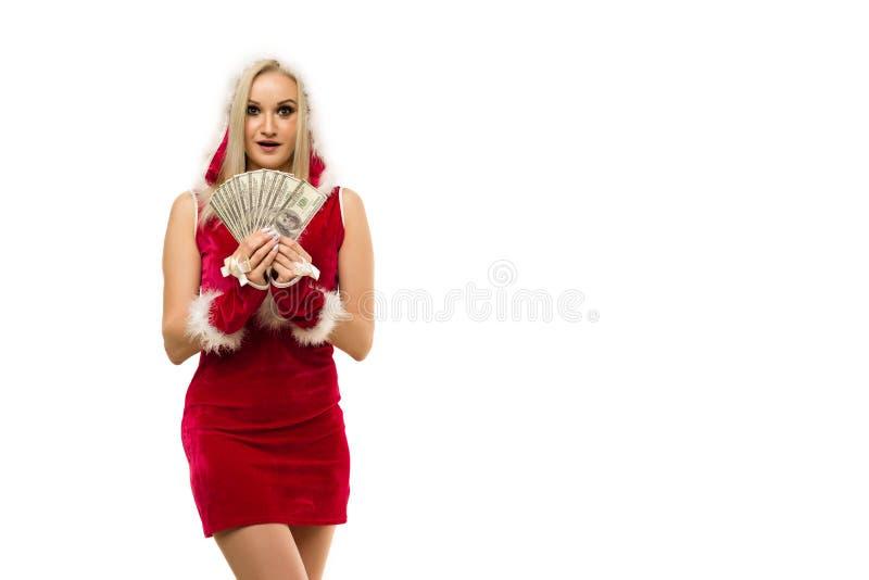 Красивая шокированная сексуальная девушка в новогоднем платье x27;s, держите в руках деньги Празднование Рождества или нового год стоковое фото