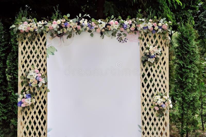 Красивая шпалера свадьбы украшенная с цветками и поздравлением на знамени стоковое изображение rf
